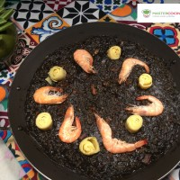 Paella negra de marisco