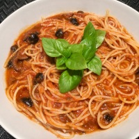 Espaguetis a la putanesca (receta sin y con thermomix)
