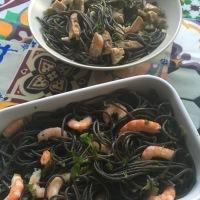 Espaguetis de tinta de calamar con gambas y atún