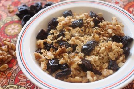 Porridge con ciruelas semisecas, avena, lino y frutos secos