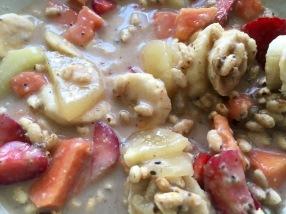 Porridge de arroz hinchado con frutas y leche de avena