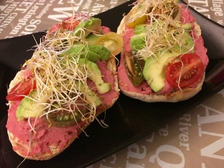 molletes-con-humus-de-remolacha-brotes-alfalfa-aguacate