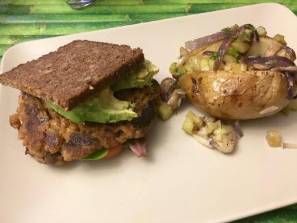 hamburguesa-vegana-con-guarnicion-de-patatas-al-forno
