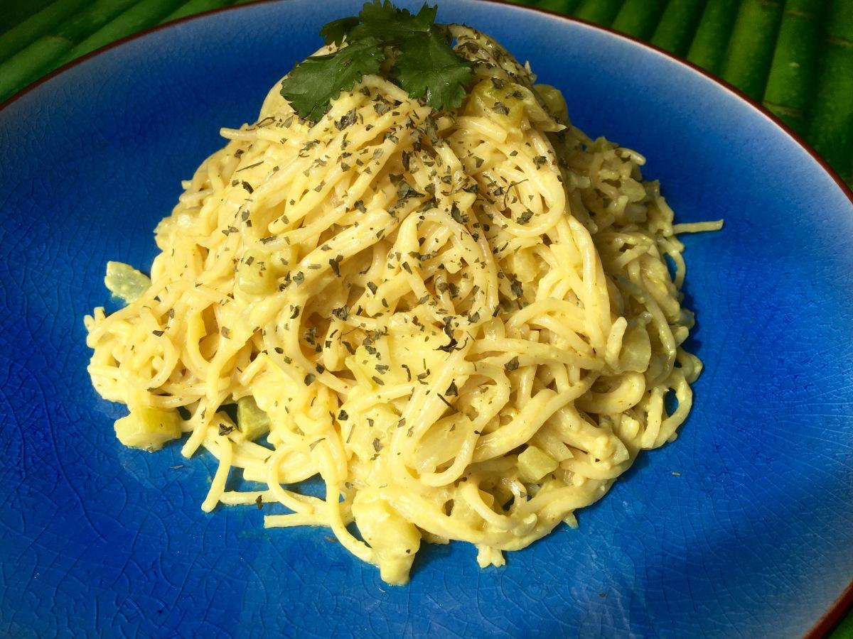 Espaguetis al curry casero ( con leche de coco y calabacín)