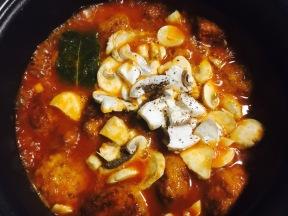 albondifas de mijo con champiñones y salsa de almendras