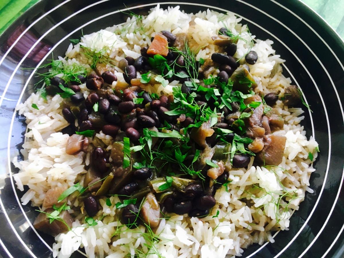 Frijoles negros con arroz blanco (mi versión vegana del plato cubano 'Moros y cristianos')