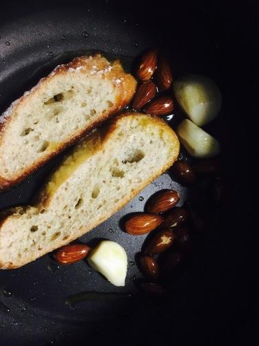 pan y almendras para la salsa de las albondigas de mijo