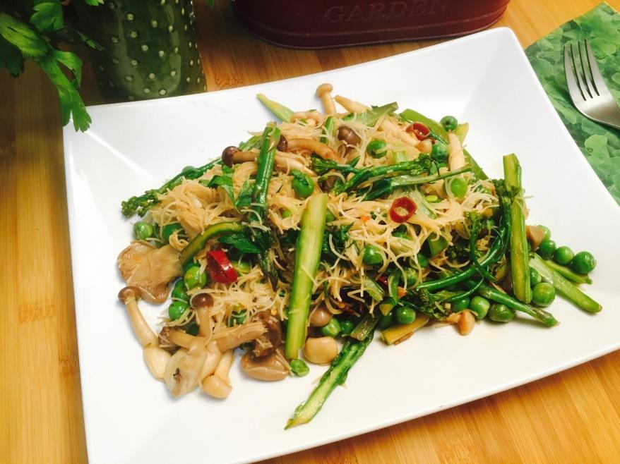 salteado de guisantes fideos de arroz y verduras