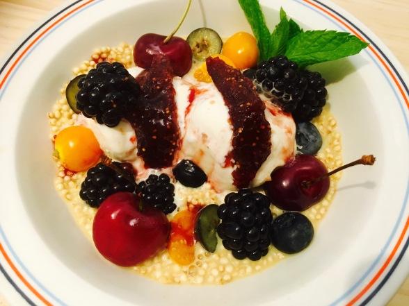 porridge de mijo con vainilla, helado de caramelo y nueces, frutos rojos e higos caramelizados