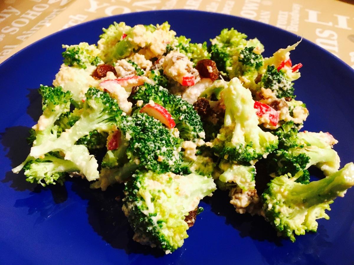 Ensalada de brócoli crudo (versión vegana y baja en grasas)