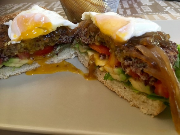 hamburguesa vegetariana con huevo corte