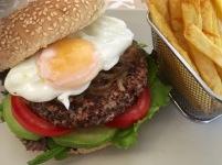 hamburguesa vegetariana de quinia y alubia roja con huevo