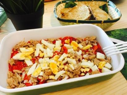 ensalada pimientos asados con huevo cebolla y atun