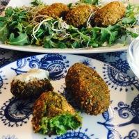 Croquetas de verduras y nueces con salsa de gorgonzola