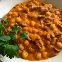 Callos veganos con garbanzos ( Guiso de setas variadas, sofrito y legumbres )