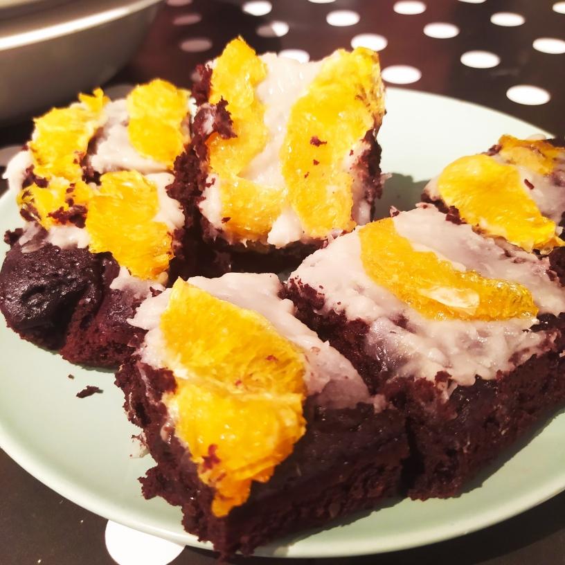 Brownie de alubias negra crema de alubias blancas y naranja desecada